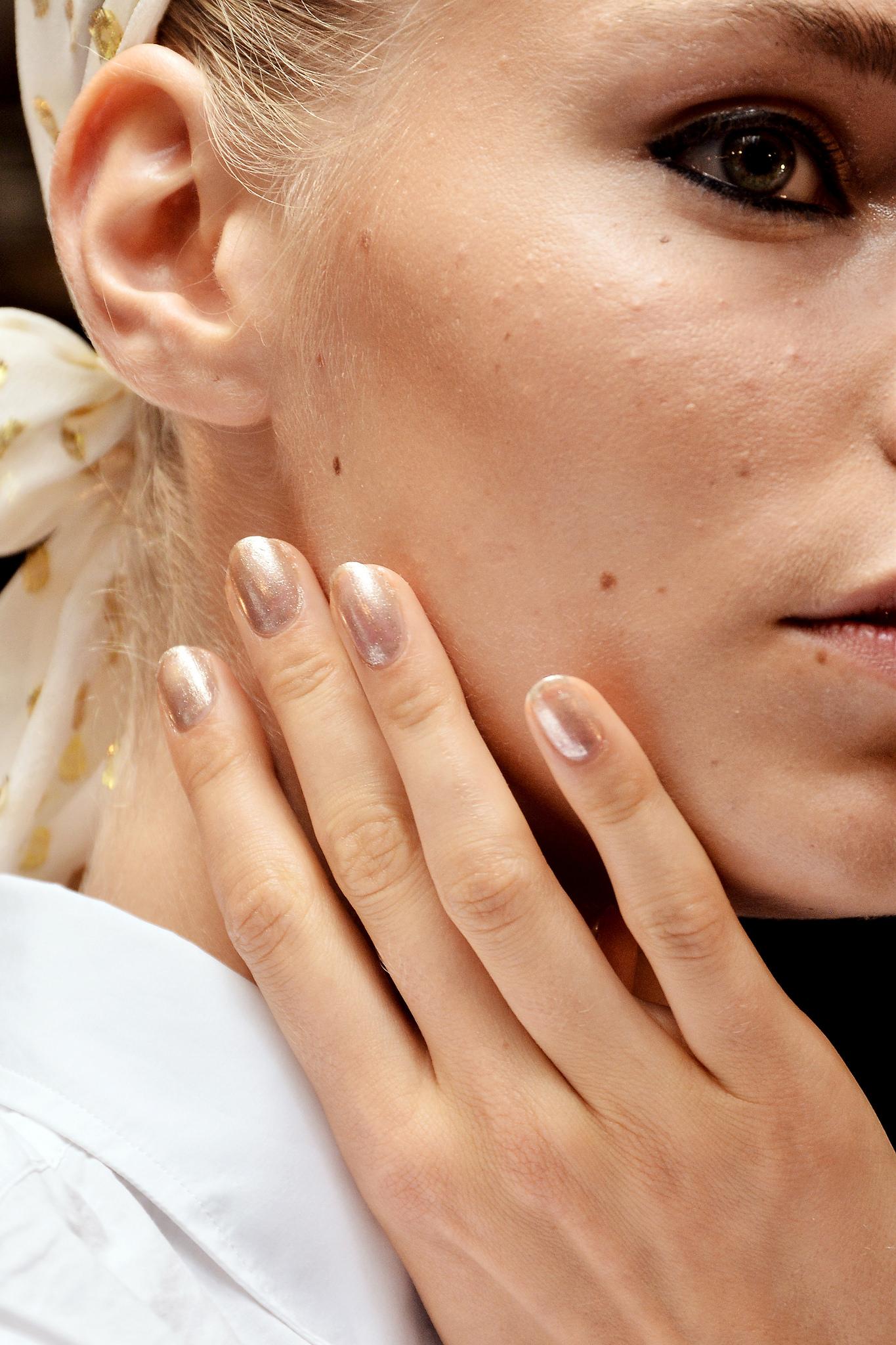 Runway Nails: Golden Shimmer Manicure