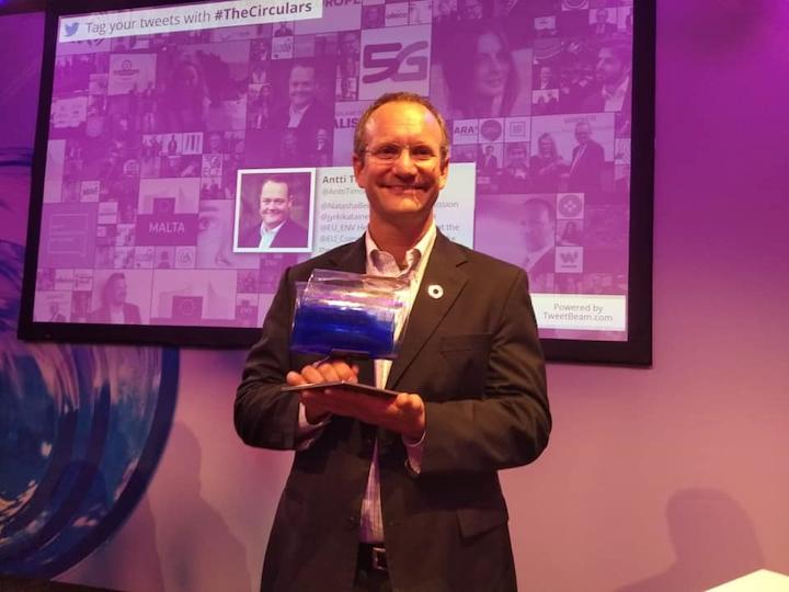Gonzalo Muñoz recibe el premio Dell Circular Economy Peoples´s Choice durante el Foro Económico Mundial 2019. Muñoz es cofundador y CEO de TriCiclos. Foto cortesía de TriCiclos.